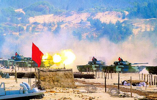 图文:中国海军陆战队63A两栖坦克突击上陆
