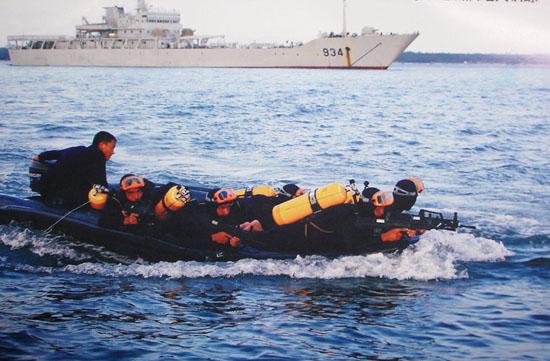 图文:中国海军陆战队蛙人海上渗透训练