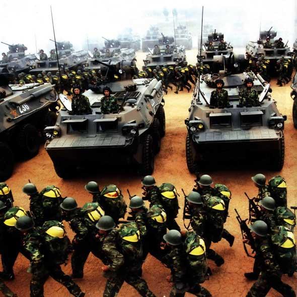 图文:解放军轮式战车部队集结中