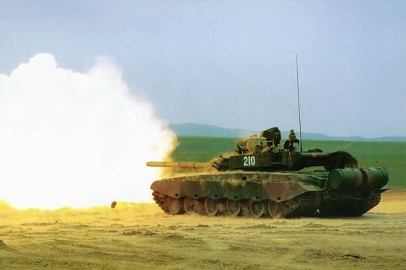 图文:陆军99式主战坦克主炮开火
