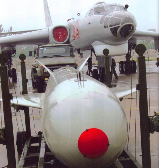 图文:军地勤人员为轰炸机加挂鹰击-63空射导弹