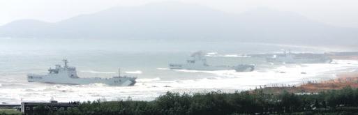 图文:解放军登陆舰向滩头输送抢滩部队