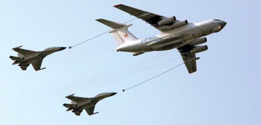 图文:两架解放军苏30战机与俄加油机编队飞行
