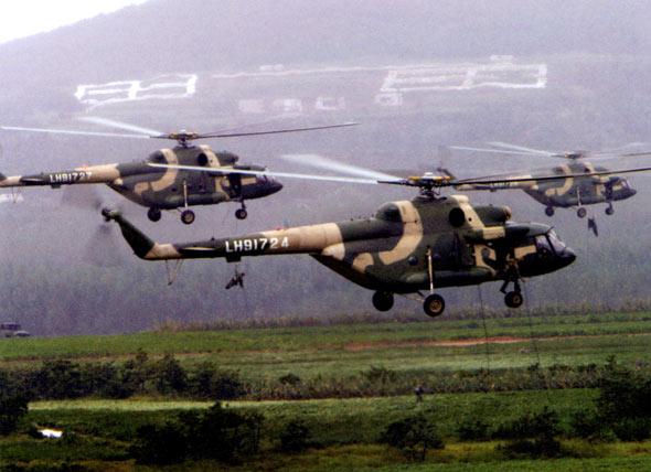 图文:解放军陆航机群向敌后绳降特种兵