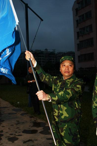 图文:中国一航贵航集团董事长谭卫东接过司旗