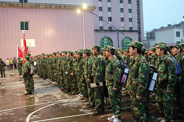 图文:中国一航贵航集团干部旅整队出发