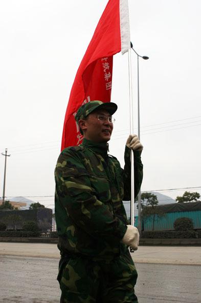 图文:中国一航贵航集团干部旅旗手在前