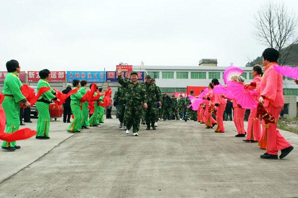 图文:沿途当地群众组织秧歌队欢迎队员