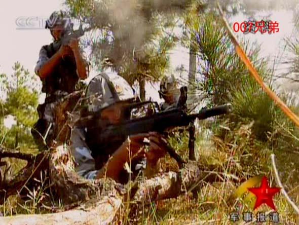 图文:空降至敌空进行作战的中国空降兵