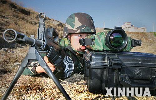 图文:中方人员利用热成像仪辨识可疑目标