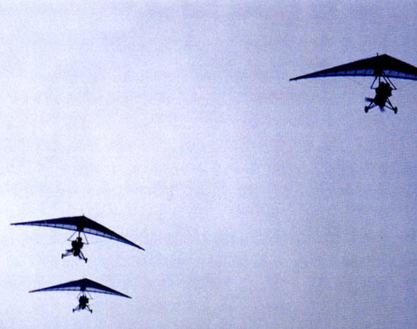 图文:特种兵使用动力三角翼实施敌后渗透