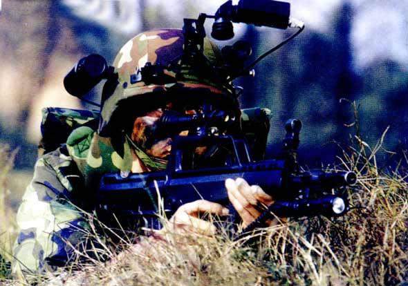 图文:我特种士兵对敌目标进行侦察