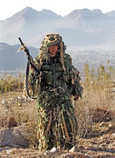 图文:中方潜伏人员手持新型冲锋枪