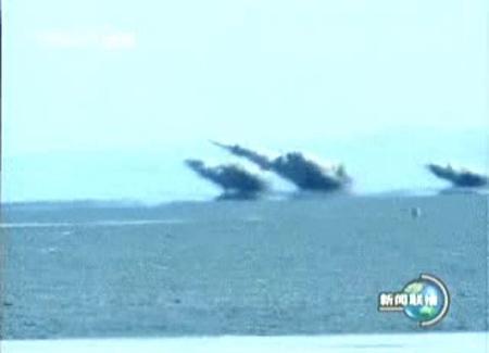 图文:歼十投掷精确制导炸弹命中目标