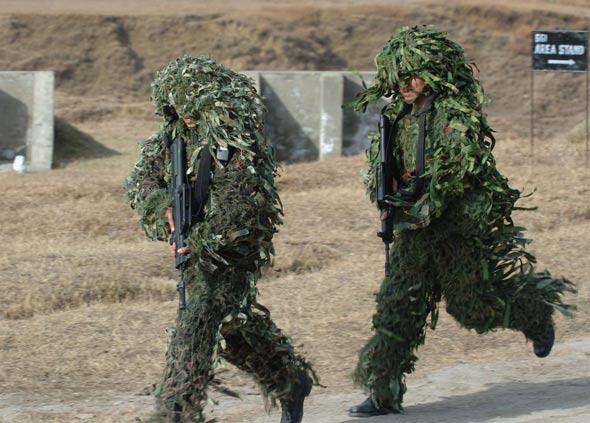 图文:解放军特种兵奔赴潜伏地