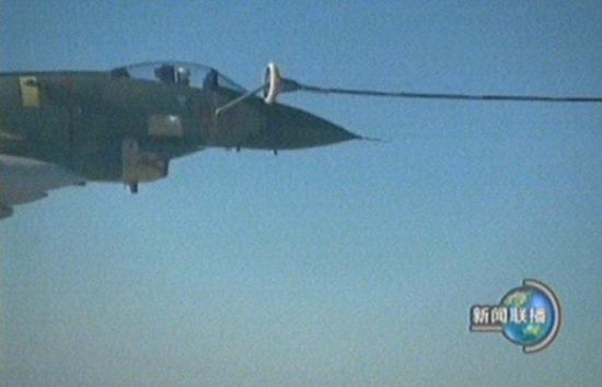 组图:轰油六和歼十战机空中加油慢镜头回放