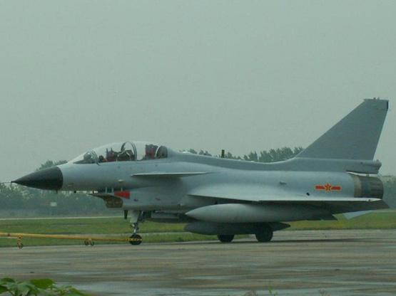 图文:国产歼10双座战斗教练型战机