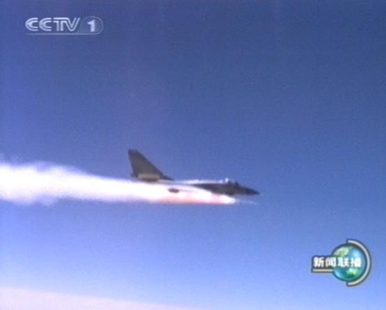 图文:歼10战机空中发射中距空空导弹