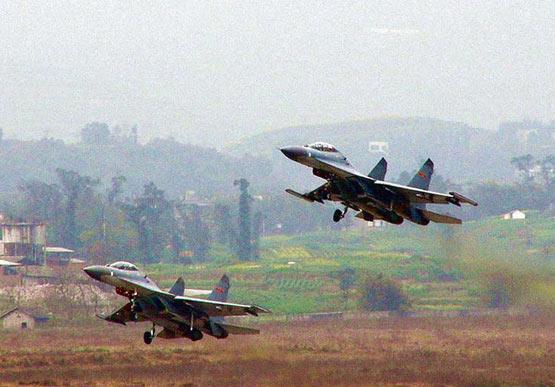 图文:空军歼11战机双机编队起飞