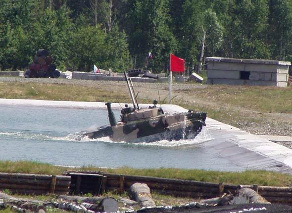 图文:俄制BMP-3步兵战车涉水演示时前主炮高高仰起