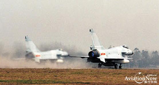 图文:中国空军歼10双机滑行
