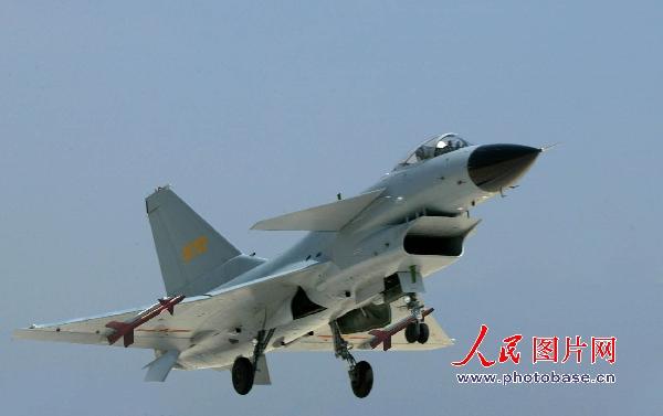 图文:歼-10战机起飞