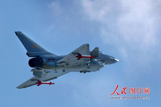 图文:歼-10战机作急转脱离动作