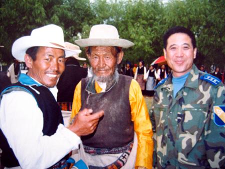 图文:李剑英与两位藏族老人合影