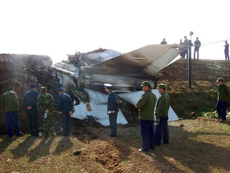 图文:水渠护坡与坠毁战机后机身