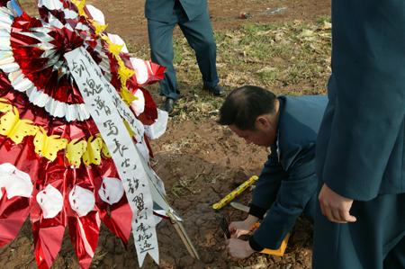 图文:在李剑英牺牲的地方战友和群众来此悼念