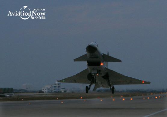 图文:空军歼10战机巡航起飞