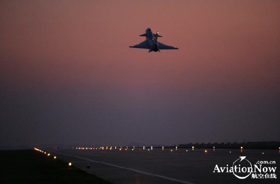 图文:空军歼10战机单机夜间起飞