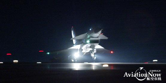 图文:空军歼10战机完成夜间飞行任务返航