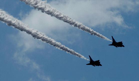 图文:中国空军歼10战机双机俯冲攻击