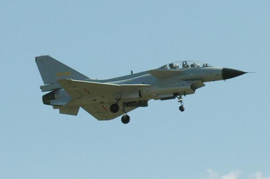 图文:中国空军列装的歼10双座型战机