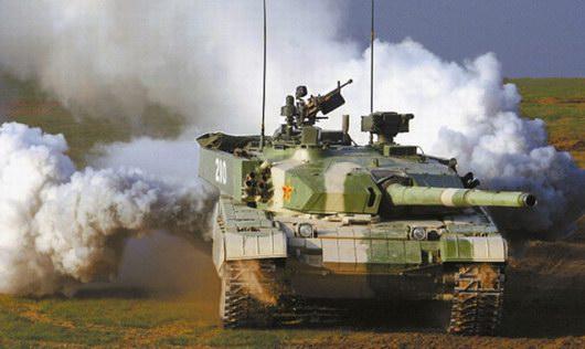 图文:我军99式主战坦克施放烟幕