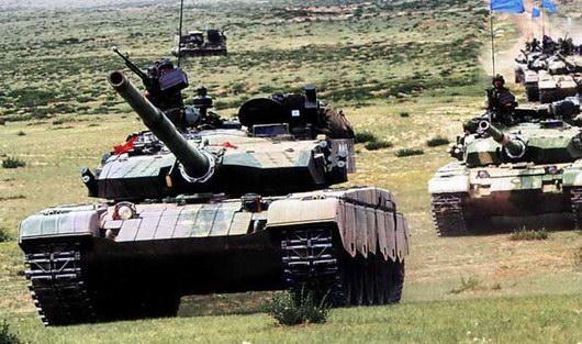 """图文:在演习中扮演""""蓝军""""的我军99式主战坦克"""