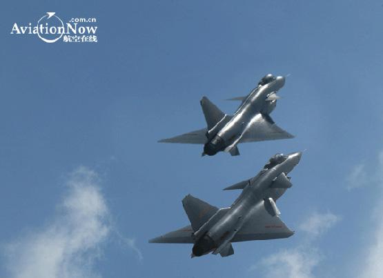 图文:空军歼10战机双机蓝天比翼