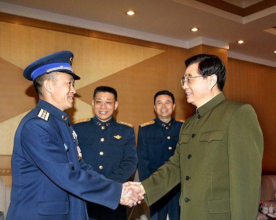 图文:中央军委主席胡锦涛亲切接见李中华