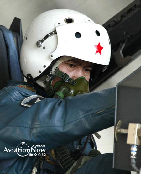 图文:通电检查歼-10战机坐舱