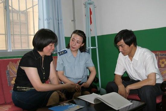 图文:潘冬兰常关心试飞员们子女的学习
