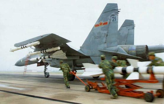图文:中国空军歼11制空战机挂弹