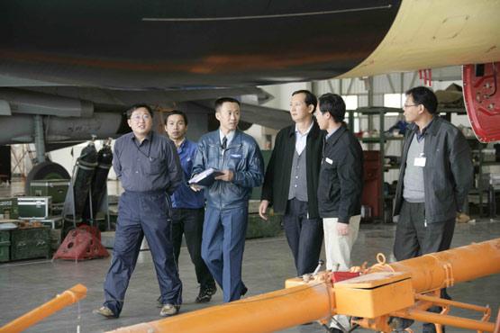 李中华和战友用橡皮泥捏出歼-10驾驶杆模型(图)