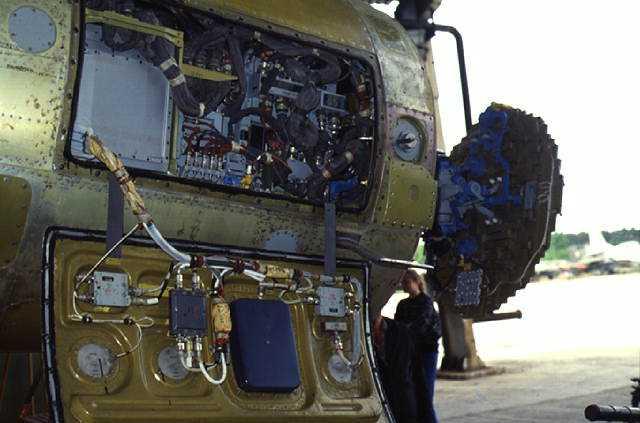 图文:苏35战机用新型机载火控雷达进行地面测试