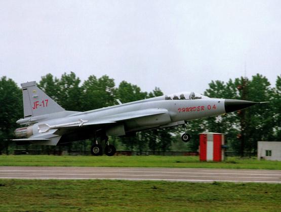 图文:中国枭龙轻型战机有3吨的挂载能力