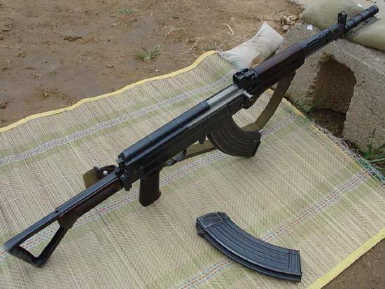 图文:我军现役的81-1式自动步枪