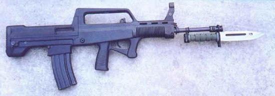 图文:装在97式5.56mm自动步枪上的95式刺刀