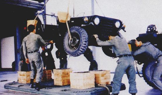 图文:台军士兵将吉普车安放在缓冲垫上