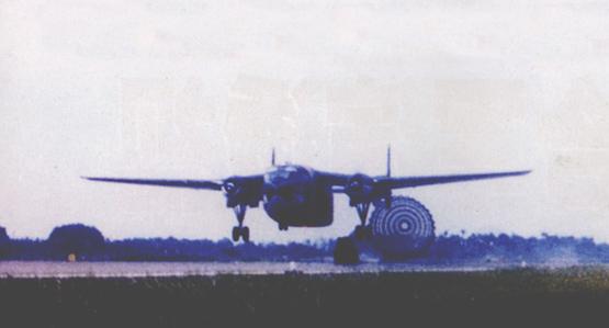 图文:台军运输机掠地投放空降装备