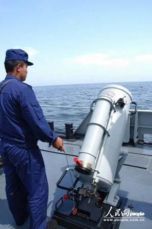 图文:水兵们待命击发发射弹药